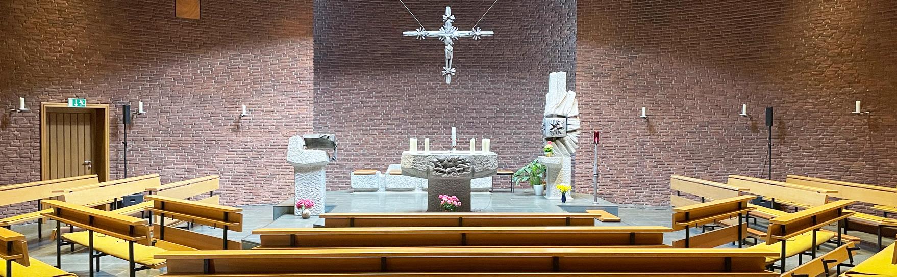 Kircheninnenraum der kath. Kirchengemeinde St. Vinzenz im Hamburger Stadtteil Eißendorf